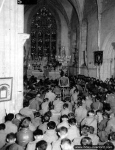 Des soldats amÈricains assistent ‡ une messe en l'Èglise de Sainte-Marie-du-Mont le dimanche 11 juin 1944. voir ici: http://www.flickr.com/photos/mlq/3198785615/